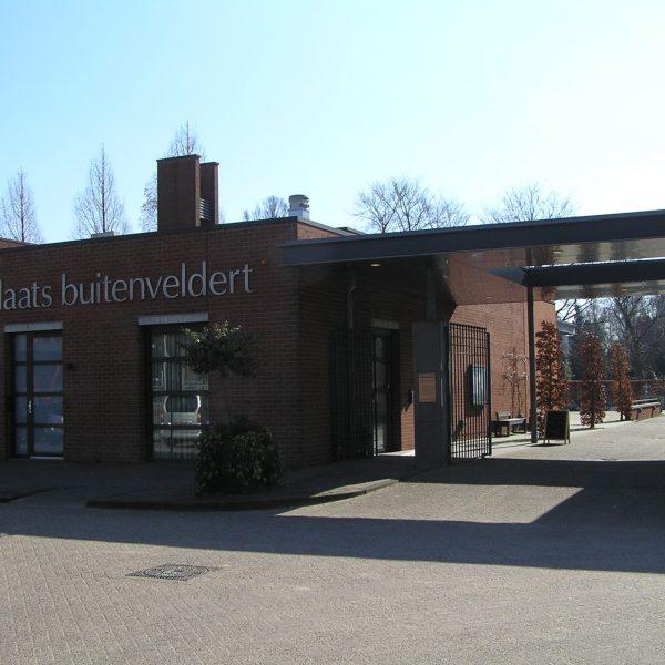 Tussen de zuidelijke ringweg van Amsterdam en de Amstelveenseweg, bij het Olympisch Stadion ligt de Rooms-Katholieke begraafplaats Buitenveldert, De begraafplaats heeft een mooie kapel waarin een uitvaartdienst gehouden kan worden.  Adres: Fred Roeskestraat 103, 1076 EE Amsterdam.